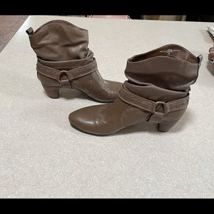 NWOT - Easy Spirit Taupe boots. 8 1/2 M